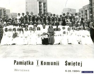 Oficjalna pamiątka z Pierwszej Komunii Grzegorza Szabłowskiego - warto porównać z innym zdjęciami innych osób, acz z tego samego wydarzenia i w tej samej galerii. W tle - niezmiennie - ulica Wiolinowa.