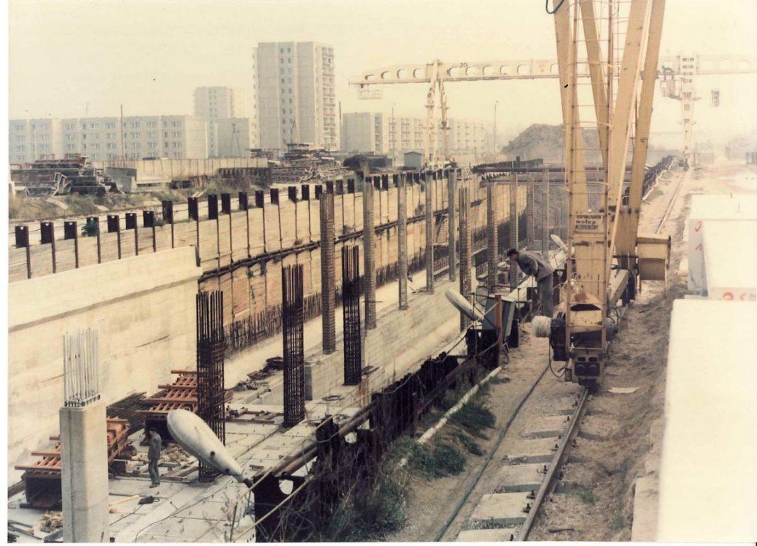 Komunikacja na placu budowy stacji metra Natolin. Zdjęcie z bloga Pańska Skórka. Kto jest autorem?