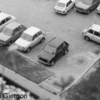 Parking przy Szolc-Rogozińskiego 10 i 8. Przeważa jedna marka samochodów, aczkolwiek w lewym górnym rogu ciekawostka. Oryginalny amerykański Willys i Syrena, która z czasem porosła mchem. Nadesłał Bolesław Giergoń.