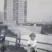 Dzieciarnia na drewnianych konikach rusza do boju z placu zabaw przy Szolc-Rogozińskiego. W tle bloki przy Teligi. Zdjęcie: Joanna Jankowska.