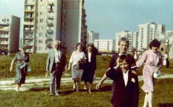 Pierwsza Komunia w kościele Wniebowstąpienia Pańskiego. Za rodziną Łukasza Borkowskiego widoczna zabudowa ulicy Wiolinowej i Stokłosy.