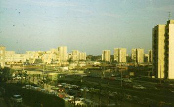 Budowa stacji Stokłosy. Ulice Jastrzębowskiego i Herbsta nieco się wydłużyły, objeżdżając plac budowy wielką literą U. Widać zresztą dwa Ikarusy dzielnie przemierzające ów jęzor. Fot. Adam Myśliński