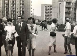 Scenka rodzinna z ulicy Wasilkowskiego. Na bloku po prawej ciemne litery ALEX zapraszają do klubu z automatami do gry. Nad. Grzegorz Tkaczyk.