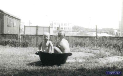 W zasadzie to tylko spora miska - ale gdy słońce przygrzewa, taka kąpiel to jak pluskanie w hotelowym basenie. Za michą - budowa szkoły na Mandarynki, a dalej - żłobek i ul. Rosoła. Nadesłała Agnieszka Leszczyńska.