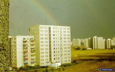 Tęcza nad budynkiem Wiolinowa 3 to nie jedyny radosny element w rzeczywistości schyłkowego PRLu. Na ursynowskiej pustyni wyrosły też już na przykład pierwsze drzewka. Zdjęcie: Andrzej Herfurt.