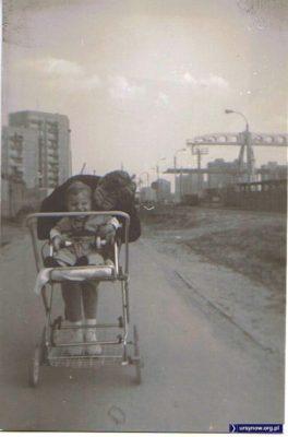 """Za płotem budują stację metra """"Stokłosy"""". Wzdłuż płotu - objazd dla autobusów. A za cztery lata pod blokiem w tle uruchomią """"Start Shop Ikea"""". Zdjęcie Krzysztofa Kozłowskiego"""