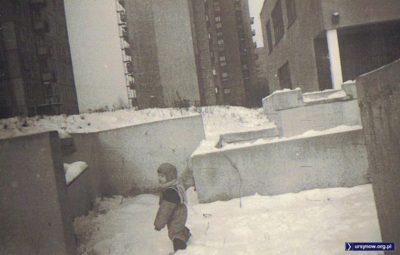"""""""Murki"""", czyli betonowe konstrukcje przy szkole nr 309 na Koncertowej. To miała być fontanna, ale nigdy nie trysnęła wodą. Kilka lat później wszystko zasypano piachem. Zdjęcie Krzysztofa Kozłowskiego."""