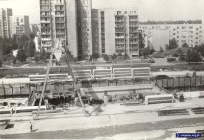 Widok z balkonu przy Koncertowej na budowę stacji Ursynów. Za budową, po lewej, widoczny kontener centrali telefonicznej. Fot. Maciej Mazur