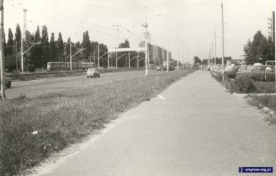 Puławska przed Aleją Lotników. Widoczny trzywagonowy tramwaj jadący w kierunku centrum. Pewnie 33 lub 36. Fot. Maciej Mazur