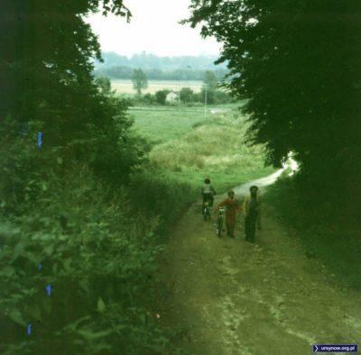 Zejście ze skarpy na pola wilanowskie. Po lewej na dole widać strumień, więc jest to chyba zejście na wysokości stajni przy Nowoursynowskiej. Fot. Adam Myśliński.