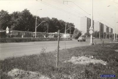 Puławska przed Aleją Lotników. Na przystanku radziecki trolejbus oraz trzywagonowy tramwaj. To zapewne linia 33 lub 36. Zwróćcie uwagę na zagęszczenie ruchu na Puławskiej. Fot. Maciej Mazur