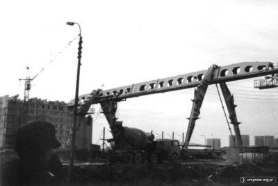 Wielka radziecka suwnica na budowie metra nie wygląda trochę jak kosmiczny potwór? Za nią powstaje blok przy Herbsta 1. Fot. Bartosz Dominiak.