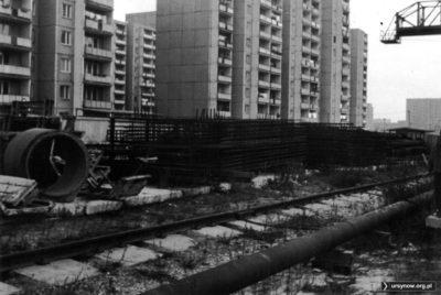 Budowa metra obok stacji metra Imielin, w tle domy przy ulicy Polinezyjskiej. Praca na konkurs fotograficzny. Fot. Bartosz Dominiak.