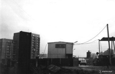 Na zapleczu budującego metro Beton-Stalu zaparkowana jest klasyczna Łada Niwa, podstawowy środek transportu budowniczych. Fot. Bartosz Dominiak.