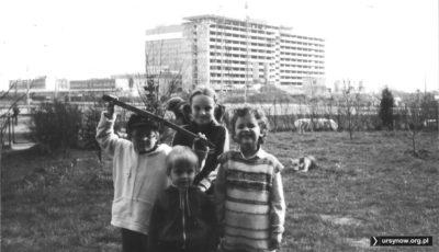 Broń prezentuje się w ogródku bloku przy Dembowskiego. Za wesołą gromadką powoli wznosi się posępny szkielet Centrum Onkologii. Zdjęcie nadesłał Qkiel.