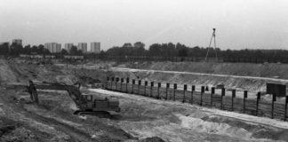 Budowa tunelu metra między stacjami Kabaty i Natolin. Bloki w głębi stoją przy Lokajskiego, drzewa po prawej to Aleja Kasztanowa. Nad. Bolesław Giergoń.