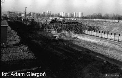 """Budowa torów odstawczych stacji A1 (Kabaty). W środku zdjęcia widać spycharkę """"Staliniec"""". Zdjęcie i opis nadesłał Bolesław Giergoń."""