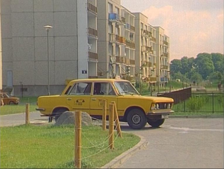 Alternatywnych dróg sporo, ale żadna nie prowadzi do celu. Fiat 125p ze Zmiennikiem za kółkiem krąży po ulicy Lasek Brzozowy tytułowy zagajnik w tle i zmierza na filmowe Alternatywy 4. Kadr z serialu