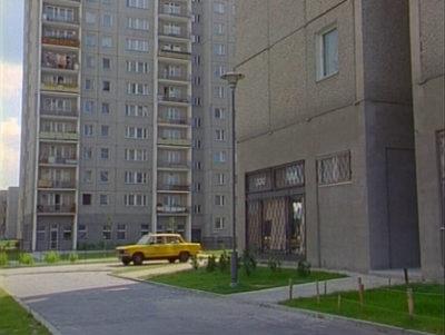 """Taksówka WPT 1313 wciąż kluczy wśród świeżo zbudowanych bloków Natolina. Kadr z serialu """"Zmiennicy""""."""