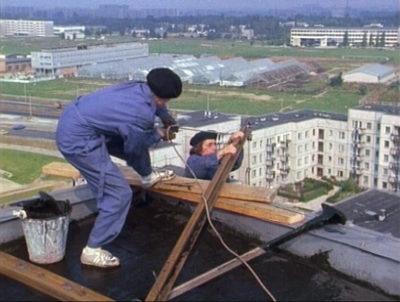 """To było jeszcze przed epoką Kasi i Tomka - zresztą wówczas w dobrym tonie było babrać się w kicie na dachu a nie rozbijać po Moście Świętokrzyskim. Tu ładniejsze widoki - na przyszły kampus SGGW. Kadr z serialu """"Zmiennicy""""."""