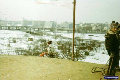 Widok ze szczytu Kopy Cwila na węzeł drogowy. Dalej charakterystyczne niebieskie budynki UW, wcześniej ogródki działkowe i ośnieżone asfaltowe korty. Fot. Adam Myśliński.