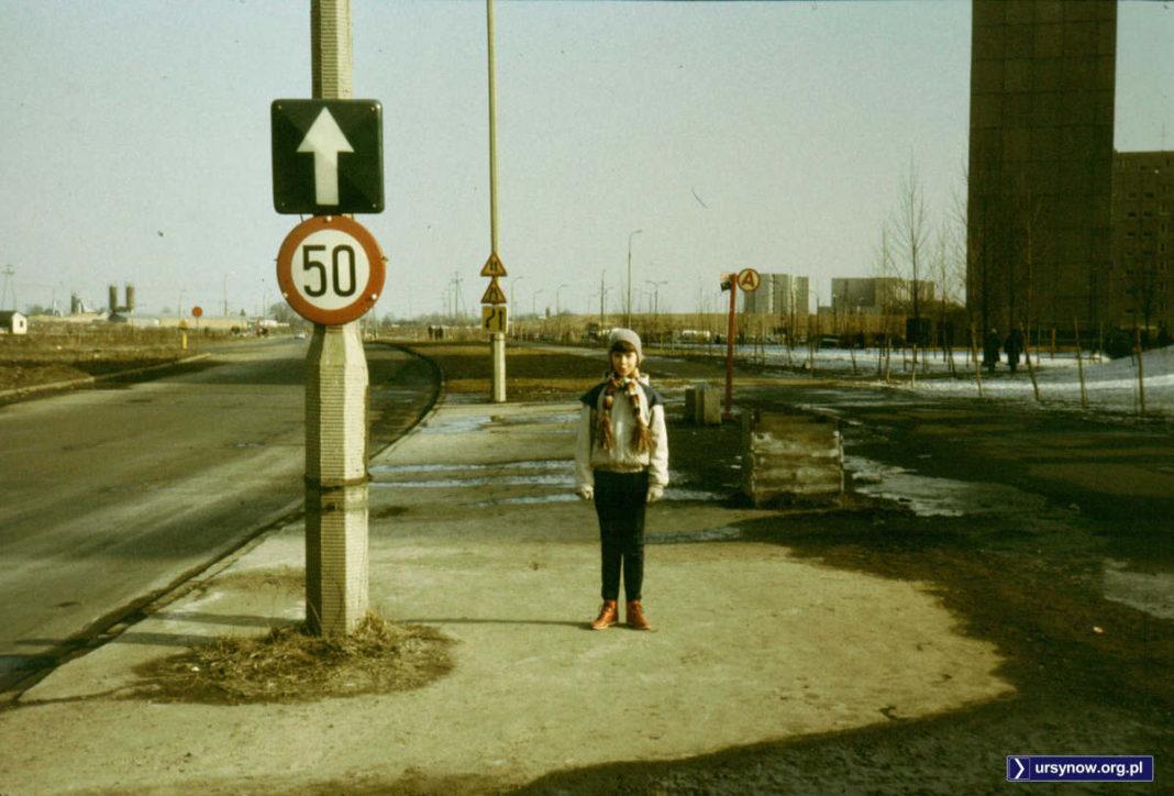 Przystanek przy Rosoła na wysokości Ciszewskiego i klasyczne, podświetlane znaki drogowe. Fot. Adam Myśliński