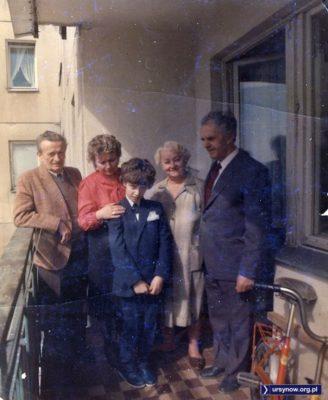 Maj, pamiątkowe zdjęcie komunijne na 5. piętrze bloku przy Koncertowej. Ten w środku to ja, Mazur. Maciej.