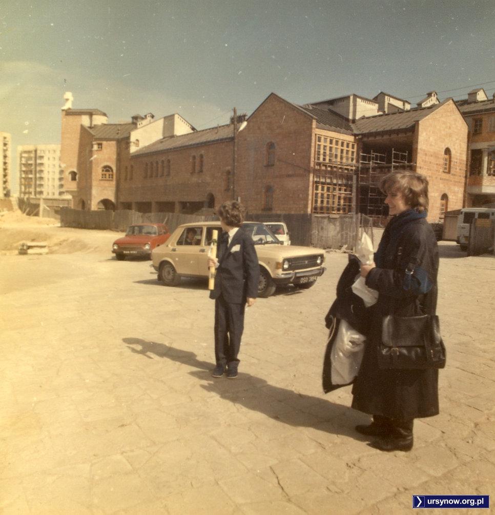 Ciekawe, na co on patrzy? Może pod kościół zajeżdża właśnie coś ciekawszego od malucha, Skody czy Zastawy? Fot. archiwum prywatne Macieja Mazura.