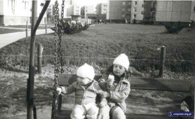 Lody na pewno pyszne, chociaż sądząc po czapkach i kurtkach nie był to najcieplejszy wiosenny dzień. Osiedle przy Lasku Brzozowym, nadesłała Agnieszka Leszczyńska.