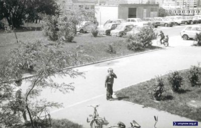 Lasek Brzozowy. W tle baraki budowlane, czyli chyba przyszły Urząd Gminy przy Lanciego. 1987, nad. Agnieszka Leszczyńska.