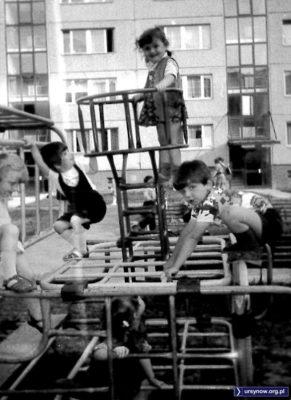 To przód rurkowanego pociągu, lokomotywa i komin. Wytęż wzrok i policz, ile widzisz tu dzieciaków? Podwórko na Lokajskiego. Nadesłała Magdalena Słowińska.