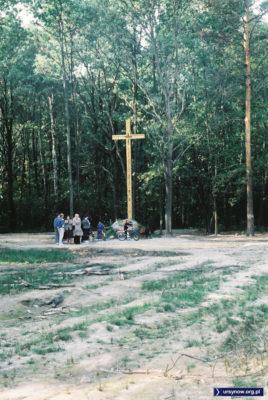 Wkrótce po katastrofie Iła-62, parafianie z Pyr na miejscu ustawili pamiątkowy krzyż. Z biegiem czasu wypalona polana zarosła, krzyż stoi do dziś. Zdjęcie z archiwum Piotra Klonowskiego.