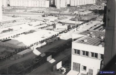 Budowana stacja metra Natolin. Belgradzka puszczona przesmykiem przez plac budowy. Zwróćcie uwagę: na obrazie nie ma ani jednego drzewa. Fot. Bartosz Rożeński.
