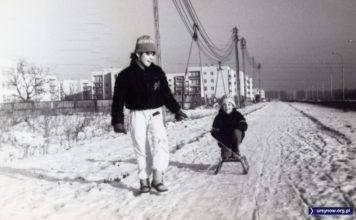 Sanki suną wzdłuż Przy Bażantarni, po lewej płot budowy Szkoły nr 336 i smętnie zwisające przewody. Zdjęcie nadesłał Przemek Stępień.