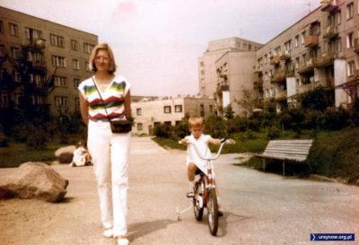 """Rower marki """"Reksio"""" przemierza właśnie Wiolinową odjeżdżając z poczty (w tle) w kierunku kościoła. Zdjęcie nadesłał Piotr Mierzeński."""