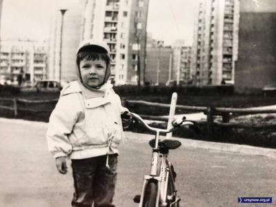 Rowerek Romet i nadsyłający zdjęcie kolarz (Grzegorz Tkaczyk), a za nim klasyczne płotki z drewnianych żerdzi. Imielin, ul. Hirszfelda.