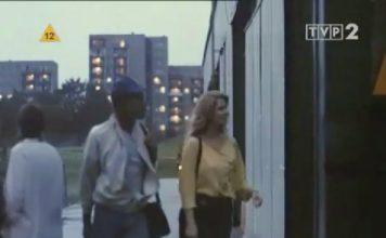 """Wieczór. Studentka Monika i koszykarz Abraham w drodze do domu na Wiolinowej. Za nimi bloki na Puszczyka wieczorową porą. Kadr z filmu """"Czarodziej z Harlemu"""", nadesłał Piotr Nietz."""
