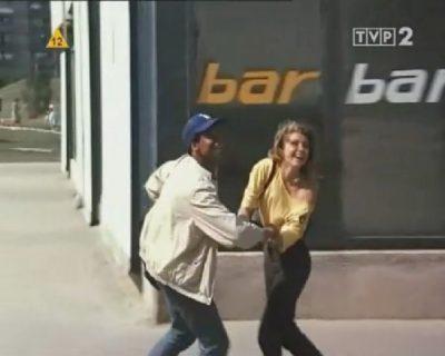 """Pawilon przy Wiolinowej 15 ucharakteryzowany na Bar gra w filmie """"Czarodziej z Harlemu""""."""
