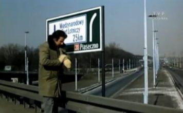 Emilian Kamiński nerwowo patrzy na zegarek - wcale mu się nie dziwimy. Jeżeli wierzyć drogowskazowi, na Okęcie stąd jest... 25 kilometrów! I to pod prąd Puławską ze złym numerem drogi. Wówczas dzisiejsza droga nr 79 miała numer 121.