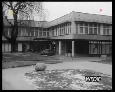 Dom Sztuki w swej pierwotnej formie ze wszystkimi ażurowo-szklanymi daszkami. Kadr z kroniki PKF 3/88.