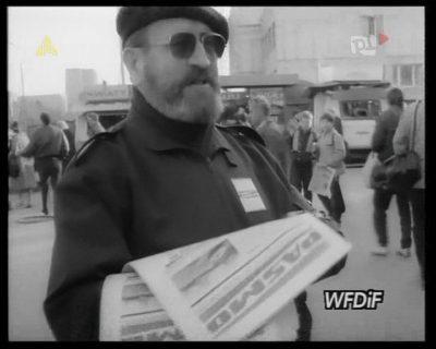 """Redaktor Ibis Wróblewski, współzałożyciel """"Pasma"""" i niestrudzony animator lokalnego życia. Tu akurat przed Megasamem. Kadr z kroniki PKF 3/88."""