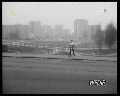 To moja łąka! - zdaje się krzyczeć młody człowiek spoglądający w kamerę kroniki filmowej na wiadukcie przy Surowieckiego. Kadr z kroniki PKF 3/88.