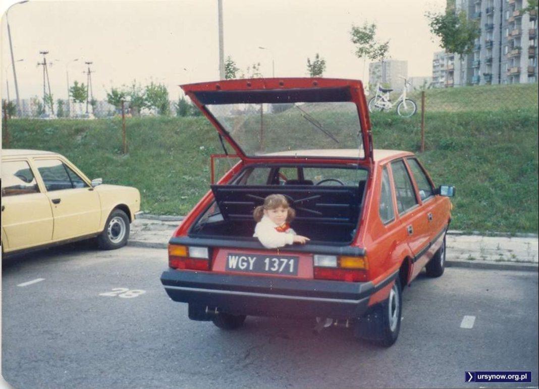 Polonez-przejściówka, czyli Model Roku 1987. Najnowocześniejsze i najnowsze polskie auto. Na parkingu przy Grzegorzewskiej wystaje z niego bardzo zadowolona Dominika Domańska.