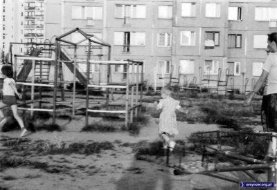 Ta plątanina rur to plac zabaw na widok którego większość dzisiejszych rodziców dostałaby zawału. Ale wtedy tak wielki plac jak ten przed blokiem przy Herbsta 4 to było marzenie! Nadesłała Aleksandra Szpigiel.