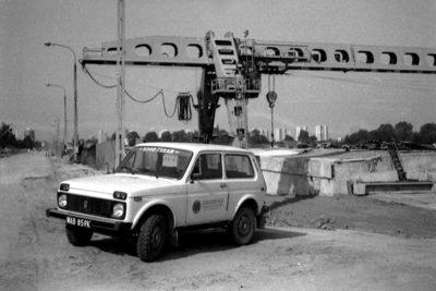 Łada Niwa, podstawowa terenówka budowniczych metra. Stoi na budowie stacji Kabaty. Po prawej prześwitują bloki przy Lokajskiego i Aleja Kasztanowa. Zdjęcie z grupy budowniczych metra.