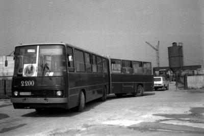 Autobus podwożący na pokazowe jazdy metrem zorganizowane we wrześniu 1989 roku. W bramie placu budowy piękna Łada Niwa. Zdjęcie z grupy maszynistów metra.