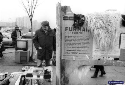 Bazarowy handel przy Braci Wagów. Futro przykrywa chwilowo kulturę. Fot. Włodzimierz Pniewski, garnek.pl/zdyrma