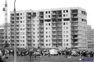 Cegiełka po cegiełce budujemy zręby nowej Polski wiosną 1989 roku. Ten blok stoi przy niewidocznej Płaskowickiej, po prawej w prześwicie widać Warchałowskiego. A na dole bazarowy handel przy Braci Wagów. Fot. Włodzimierz Pniewski, garnek.pl/zdyrma