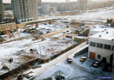 Lanie betonu w stację Natolin skończone. Tunel zasypano, trwa budowa wyjść. Zwróćcie uwagę na posterunek policji u dołu i na świetną dziurę w płocie opodal. Fot. Bartosz Rożeński.