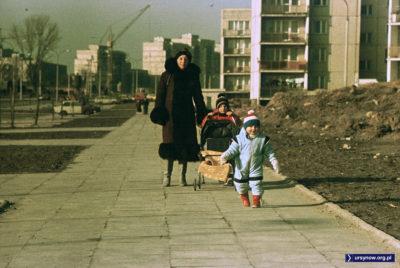 Przedwiośnie roku 1989 - na razie jeszcze szaro, buro i zimno. Ale już niedługo... wiadomo. Nie tylko na ulicy Stryjeńskich zrobi się jakoś cieplej. Warto więc podbiec ku nowej przyszłości. Nadesłał Piotr Klonowski.